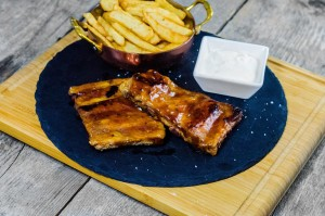 Coaste de porc cu sos de usturoi